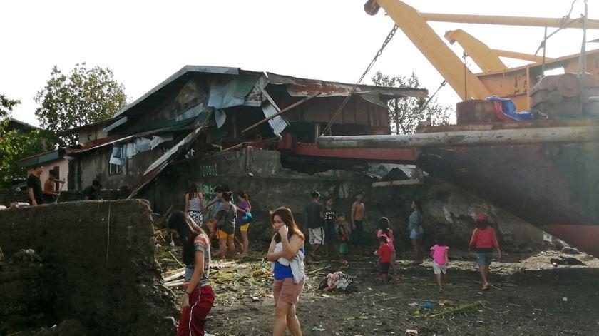 """16 mortos e dezenas de casas danificadas. Tufão """"Phanfone"""" deixa rasto de destruição"""