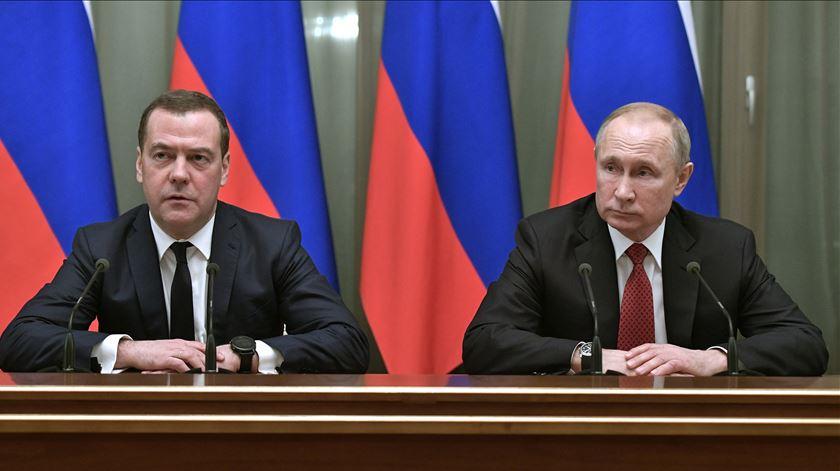 Rússia. Medvedev demite-se, Putin prepara mudanças na Constituição. O que é que isto significa?