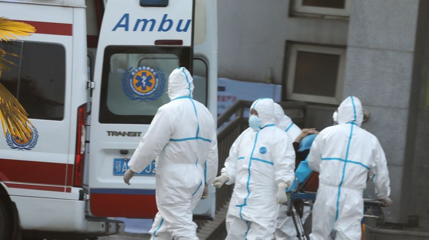 China anuncia que novo coronavírus é transmissível entre seres humanos