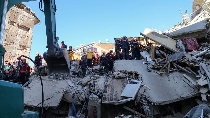 Sobe para 35 o número de mortos do sismo na Turquia