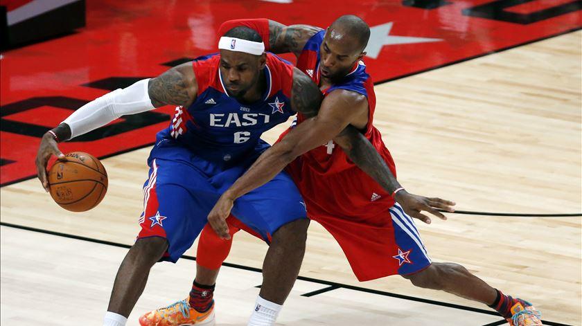 """LeBron despede-se de Kobe. """"Prometo continuar o teu legado"""""""