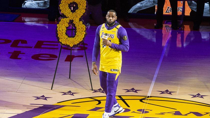 Lakers perdem no regresso a casa. Kobe homenageado