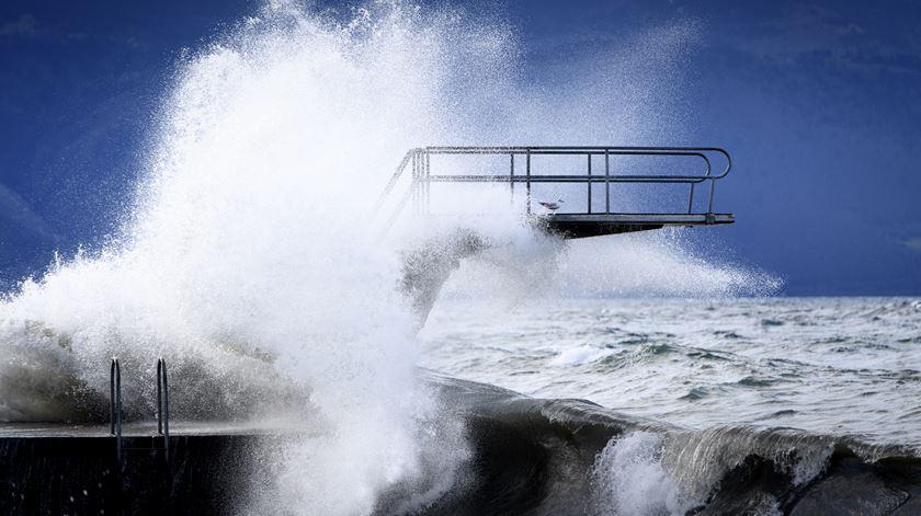 Tempestade Ciara provoca cinco mortes e vários feridos à passagem pela Europa
