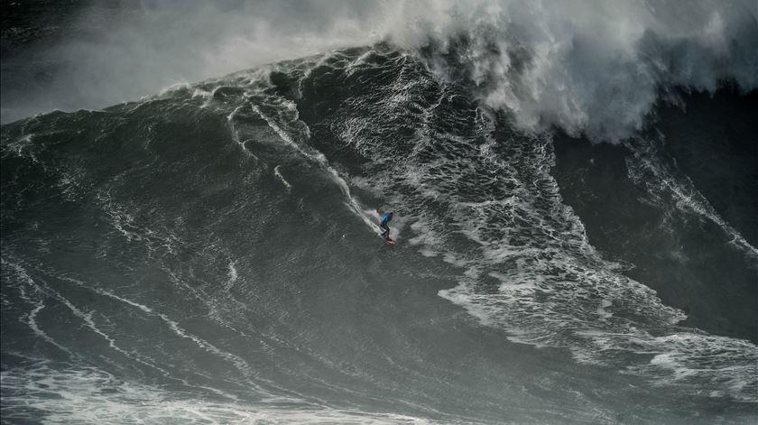 Surfista Alex Botelho é apanhado por onda gigante na Nazaré. Veja as imagens.