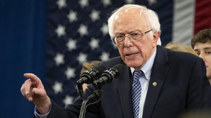 Bernie Sanders desiste da corrida à Casa Branca