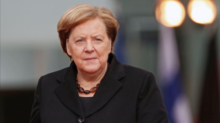 """Merkel denuncia """"assassínio"""" racista e destaca polarização nos EUA"""