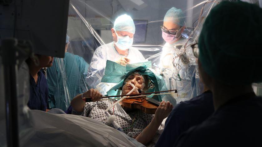 Dar música à própria cirurgia. Mulher toca violino para guiar médicos pelo seu cérebro