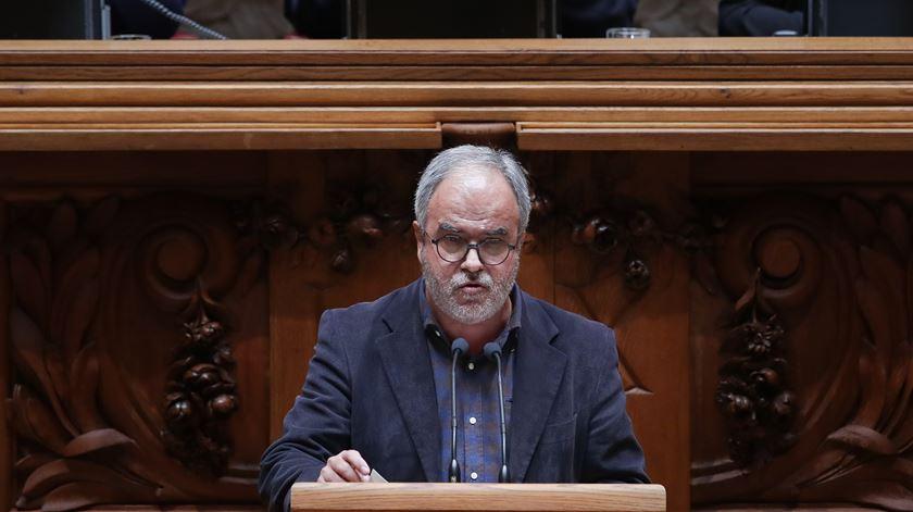"""""""Vale tudo para tentar lançar o pânico social"""", diz o deputado JM Pureza. Foto: Mário Cruz/Lusa"""