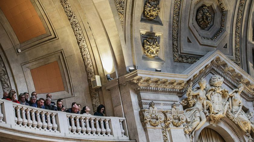 Manifestantes pedem libertação de Rui Pinto nas galerias do parlamento