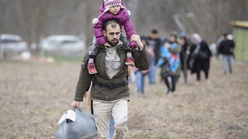 Com chegada iminente de milhares de refugiados sírios, Turquia diz que vai abrir fronteira com a UE