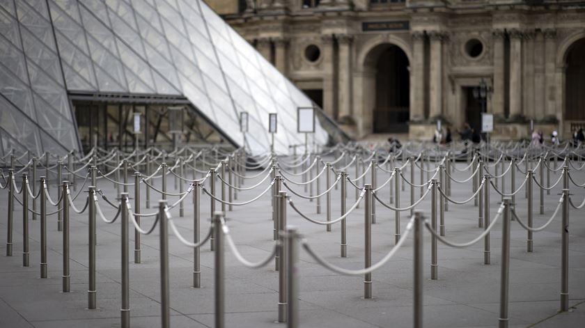 """Covid-19. França ordena fecho de todos os estabelecimentos """"não essenciais"""""""