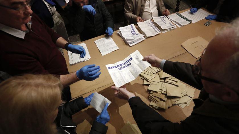 Primeira volta das eleições municipais em França marcada por abstenção recorde