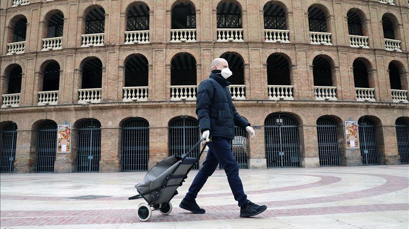 """""""Aumento preocupante"""" de casos Covid-19. UE alerta para """"dupla pandemia"""" com chegada da gripe"""