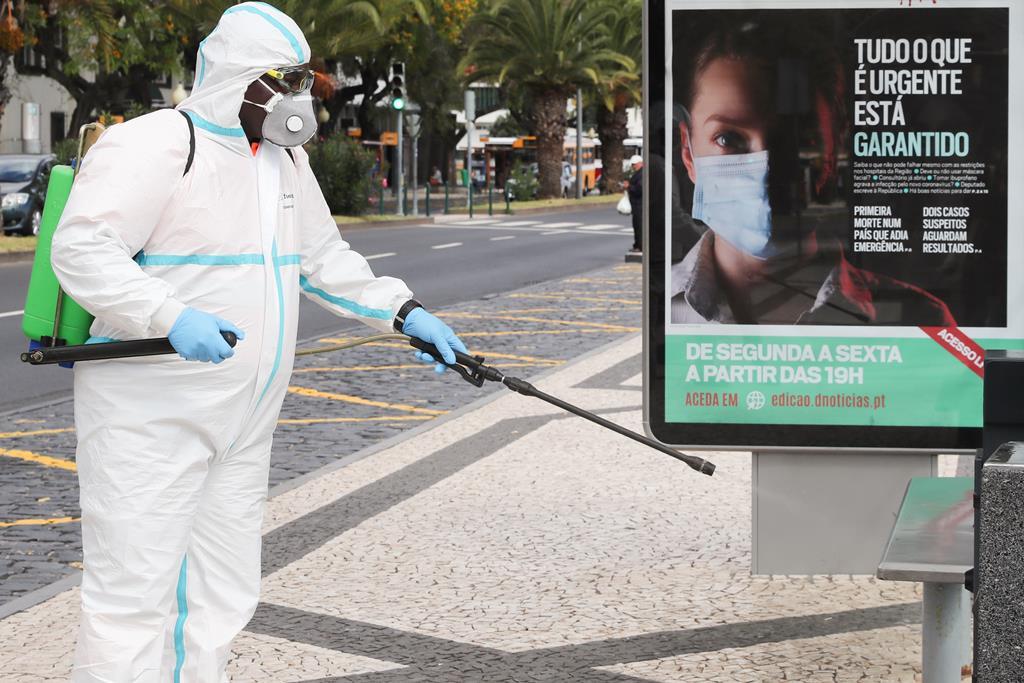 Desinfeção na Madeira, onde a vacinação com AstraZeneca recomeça já na sexta-feira. Foto: Lusa