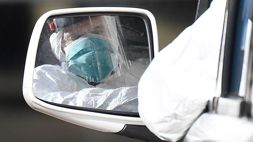 """Infecciologista avisa que número de infetados pode subir em maio. """"Temos de contar com novas variáveis"""""""