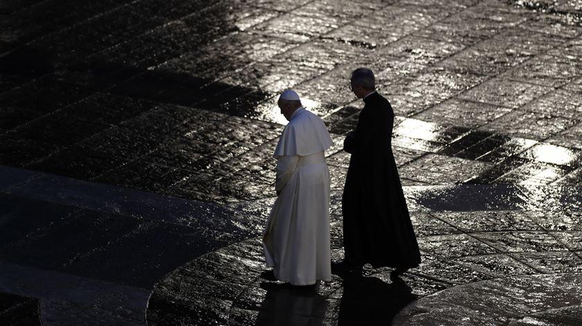 """Papa reza numa praça vazia pelo fim da pandemia. """"Estamos todos neste barco. Ninguém se salva sozinho"""""""