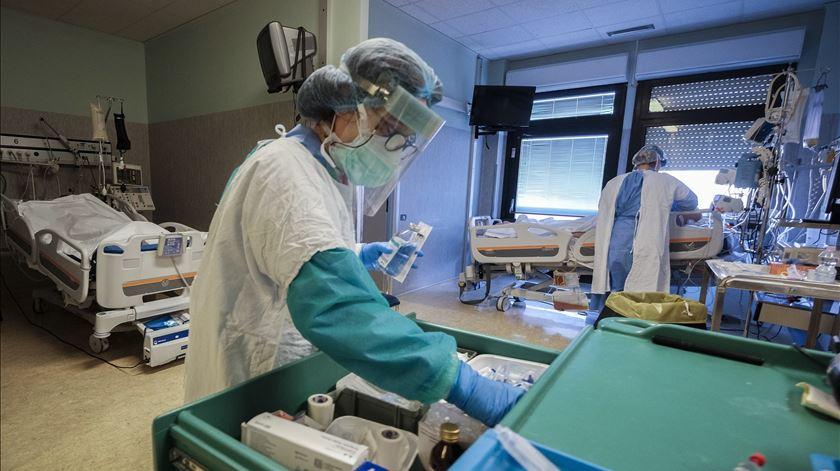 Covid-19: Itália regista redução inédita de doentes nos cuidados intensivos