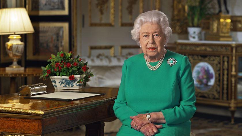 Rainha de Inglaterra cancela salvas de canhão no seu 94.º aniversário