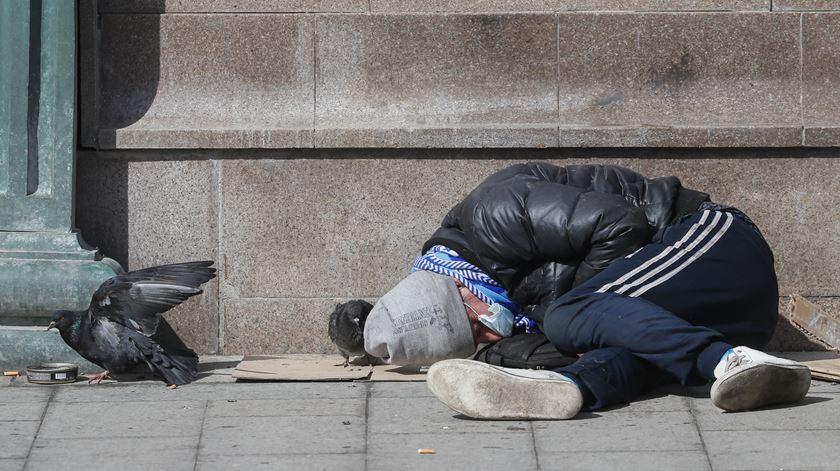 Pandemia deverá fazer aumentar número de pessoas em situação de sem-abrigo. Foto: Sergei Ilnitsky/EPA