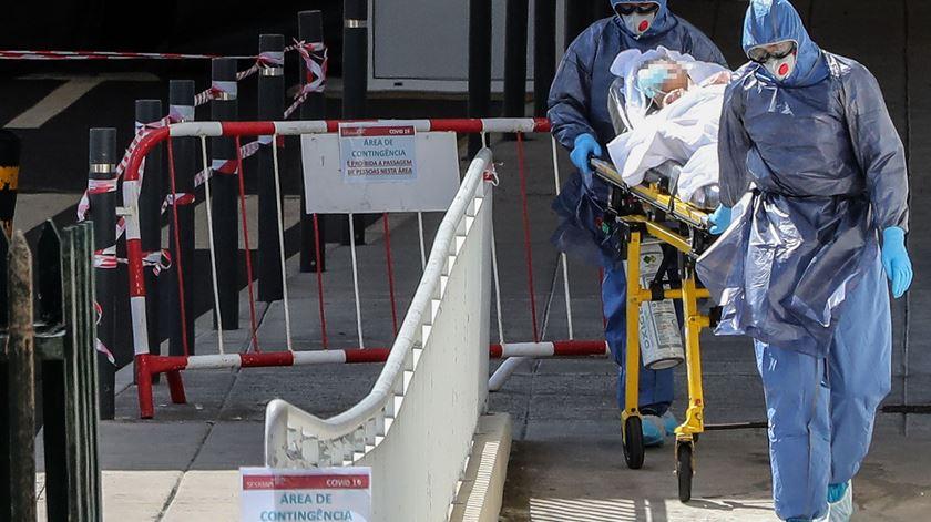 Idosa dá entrada nos serviços para infetados com Covid-19 no Hospital Central do Funchal. Foto de arquivo: Homem de Gouveia/Lusa