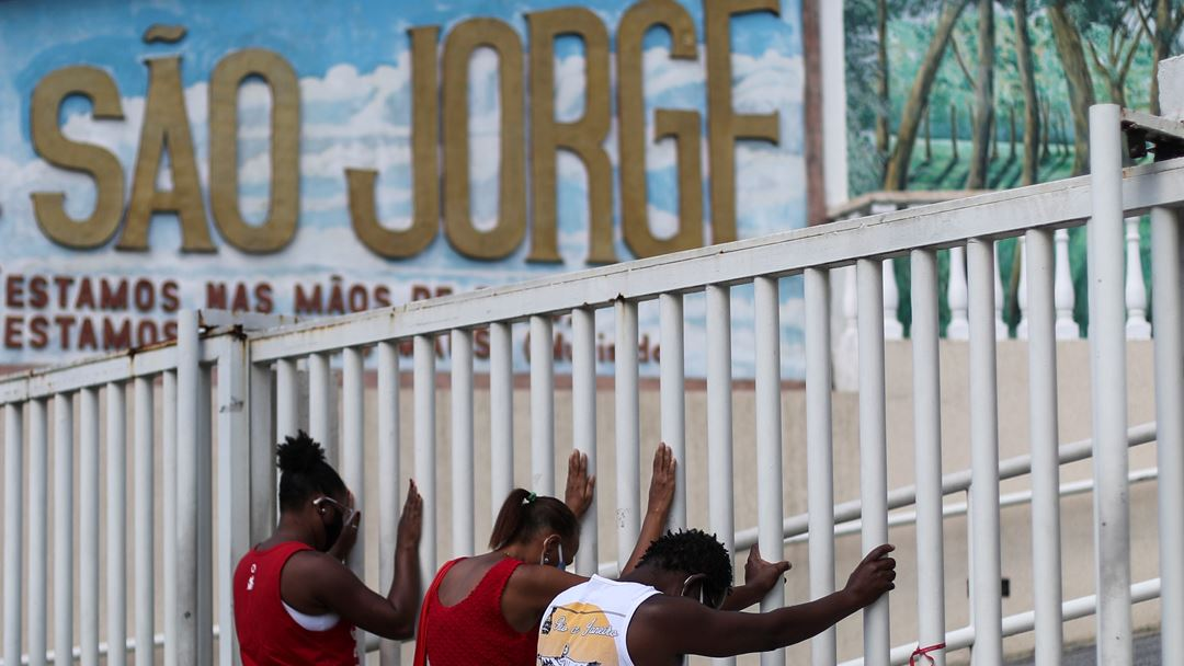 """Bolsonaro demitiu recentemente o seu ministro da Saúde pelo que disse ser a """"má gestão"""" da epidemia de Covid-19 no país. Foto: António Lacerda/EPA"""