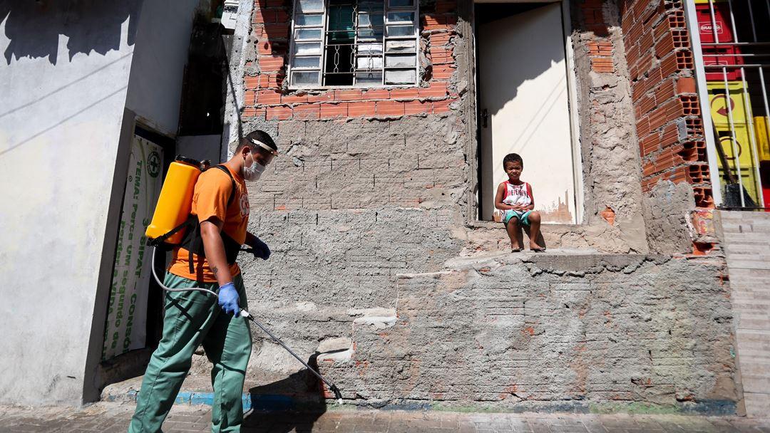Desinfeção das ruas de Paraisópolis, uma das maiores favelas de São Paulo. Foto: Fernando Bizerra/EPA