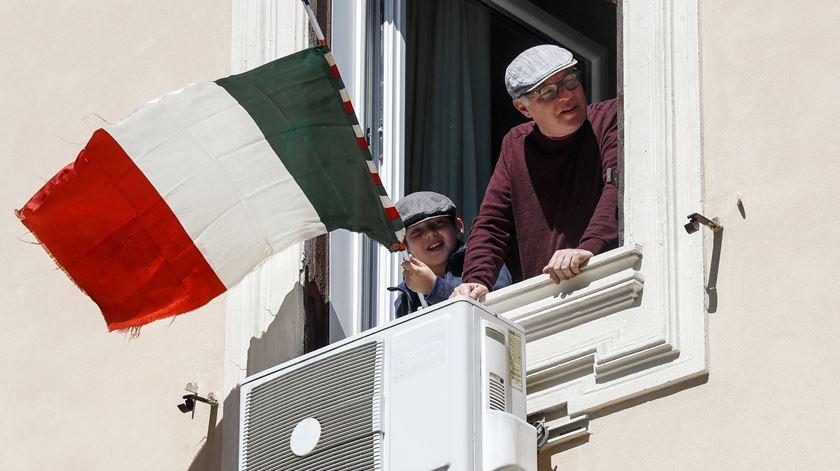 """Itália canta """"Bella Ciao"""" à janela nos 75 anos do fim do fascismo"""