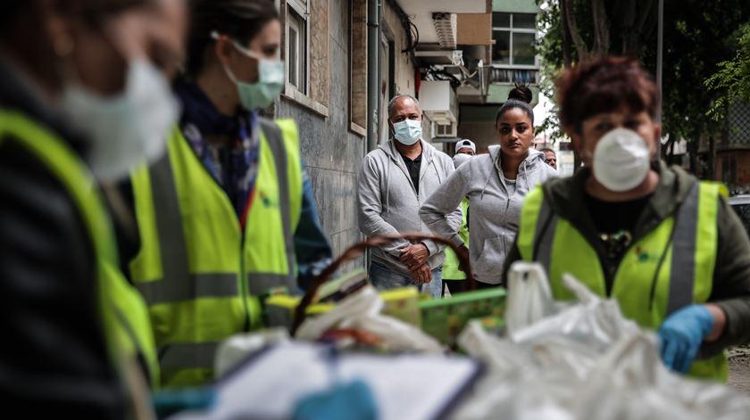 """""""Há famílias que têm vergonha de pedir ajuda"""". Nova onda de pobreza em Portugal dispara pedidos de apoio alimentar"""
