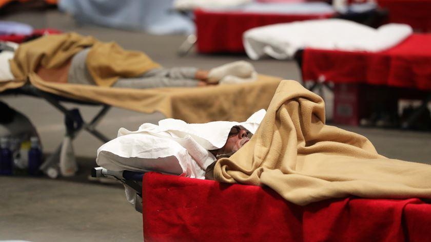Um homem infetado com coronavírus num centro de acolhimento em Espanha, em abril. Foto: Juanjo Martin/EPA