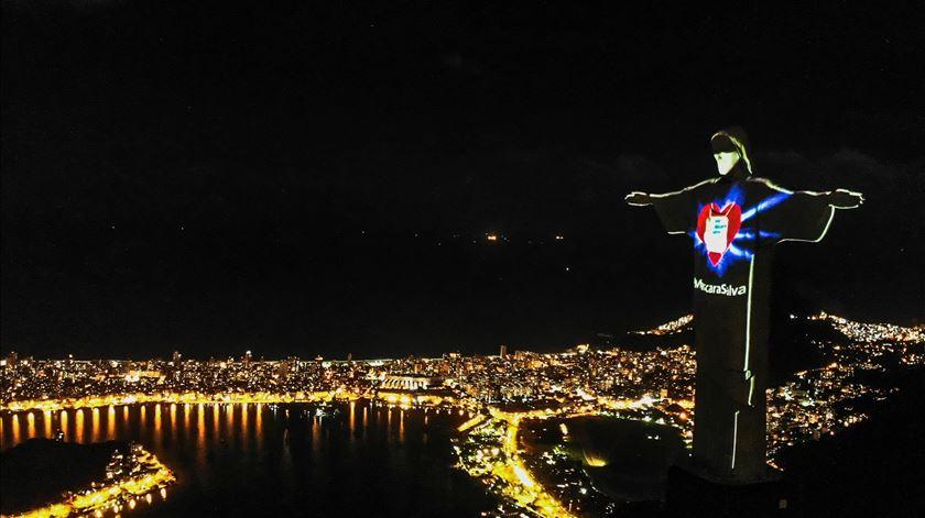 Estátua de Cristo Redentor, símbolo do Rio de Janeiro, com máscara para alertar a população para a ameaça da Covid-19. Foto: António Lacerda/EPA