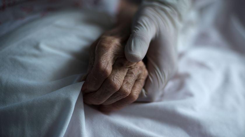 Países Baixos registam primeira morte no mundo de pessoa reinfectada