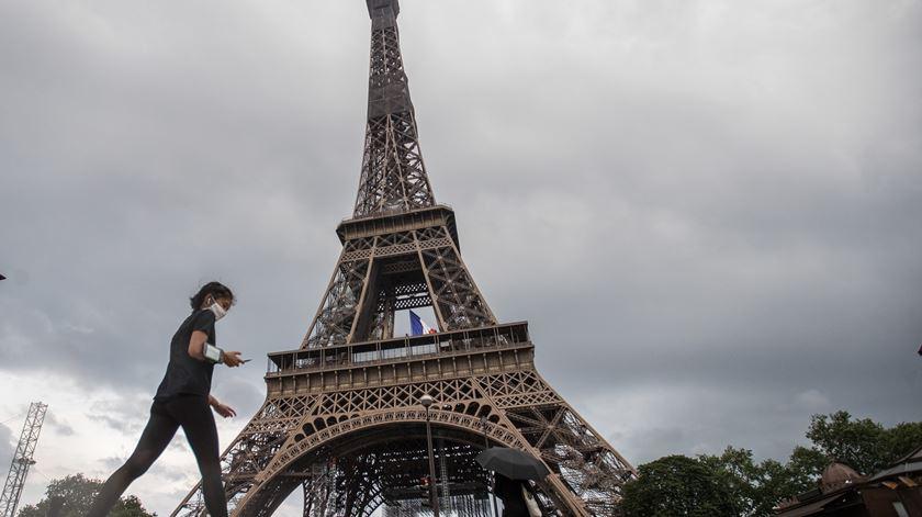 Avião quebra barreira do som e abana Paris
