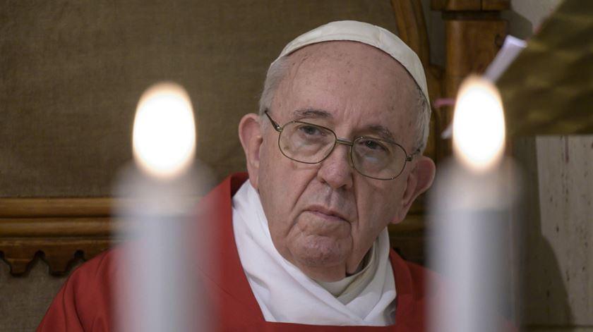Papa defende leis de união civil para homossexuais e critica discriminação