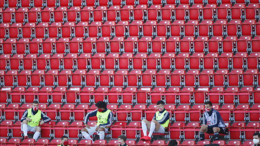 Covid-19. Governo alemão mantém intenção de autorizar regresso do público aos estádios