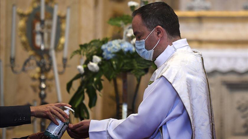 Vaticano diz que é hora de voltar à missa presencial