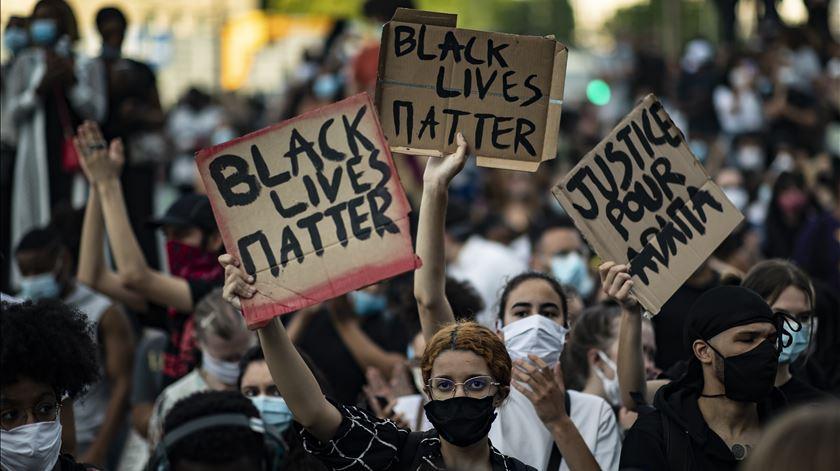 Paris. Manifestação contra racismo e violência policial termina em confrontos
