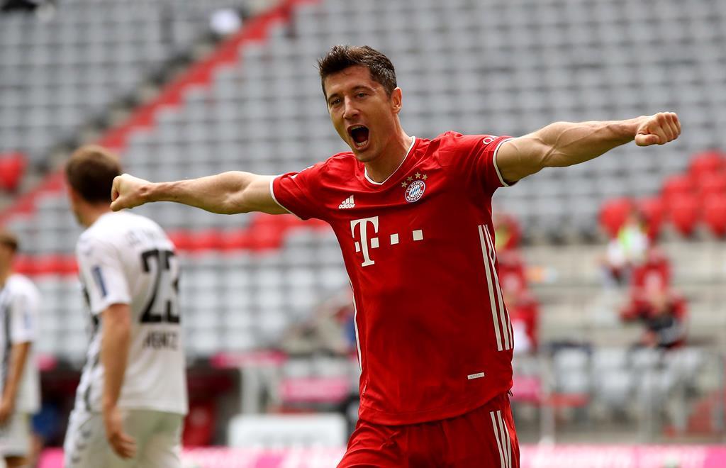 Lewandowski foi eleito o melhor futebolista do ano pela FIFA Foto: Alecander Hassenstein/EPA