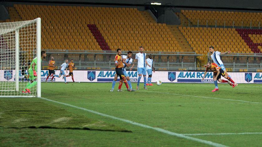 Uma mordidela e dois golos sofridos. Lazio perde em casa do Lecce e fica mais longe do título
