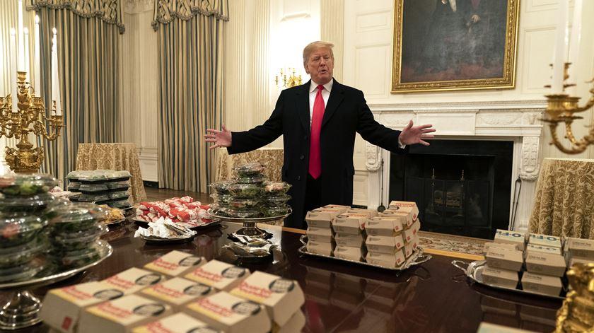 Trump organiza banquete de fast-food na Casa Branca