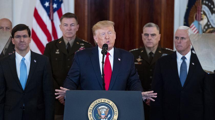 """""""Nenhum americano ficou ferido"""". Trump anuncia  """"fortes sanções"""" ao Irão após ataque"""
