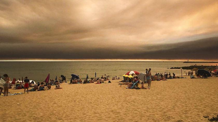 Nuvem do fogo de Monchique já chegou à praia de Quarteira