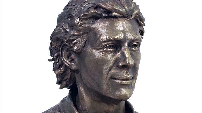 Papa recebe escultura de Ayrton Senna