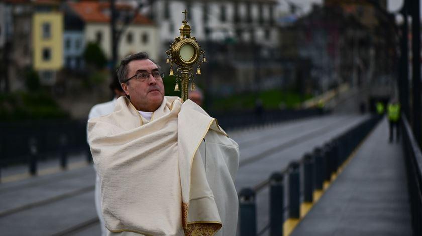 Bispo do Porto abençoa a cidade a partir da ponte Luiz I, em dia de Páscoa sem compasso