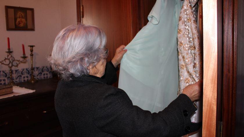 Dulce escolhe os vestidos para Nossa Senhora das Necessidades. Foto: Liliana Carona/RR