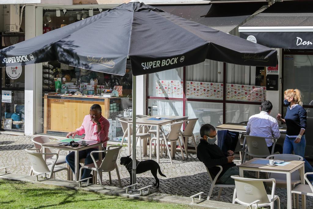 Cafés e restaurantes têm agora horário mais alrgado de funcionamento. Foto: Tiago Petinga/Lusa