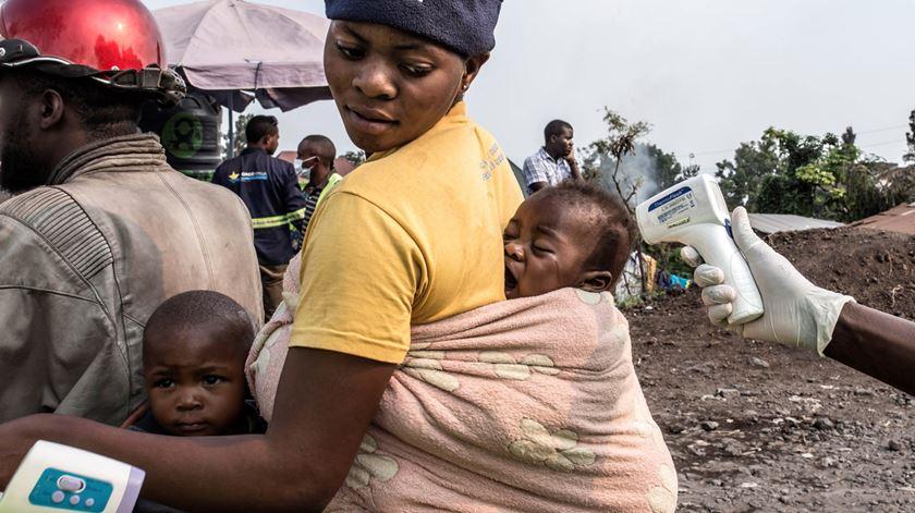 Ébola. Governo do Ruanda fecha fronteiras com a RD Congo