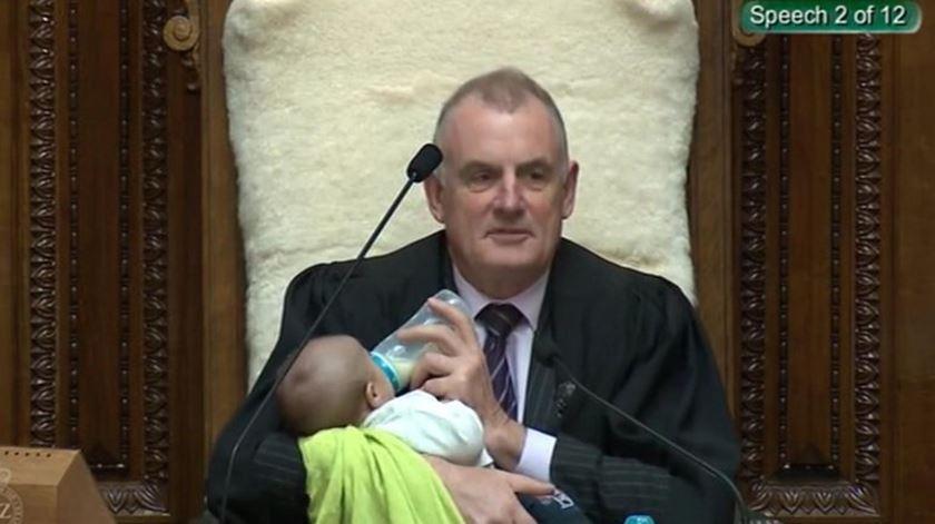 Nova Zelândia. Presidente do parlamento dá biberão a bebé durante debate