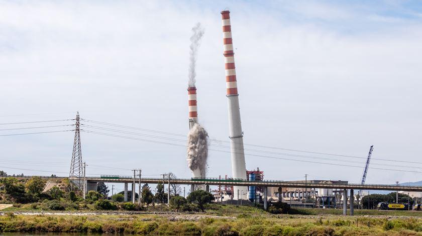 O momento da demolição das chaminés da velha central termoelétrica de Setúbal