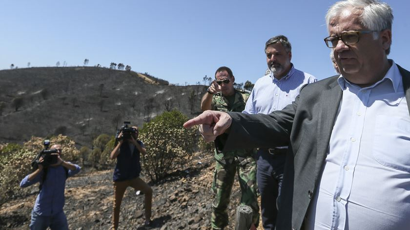 Ministro Eduardo Cabrita visita locais por onde passou o fogo. Foto: Luís Forra/Lusa