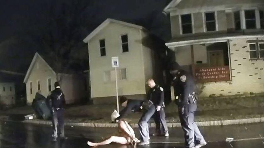 Daniel Prude tinha problemas mentais e era negro. Vídeo mostra como foi tratado pela polícia